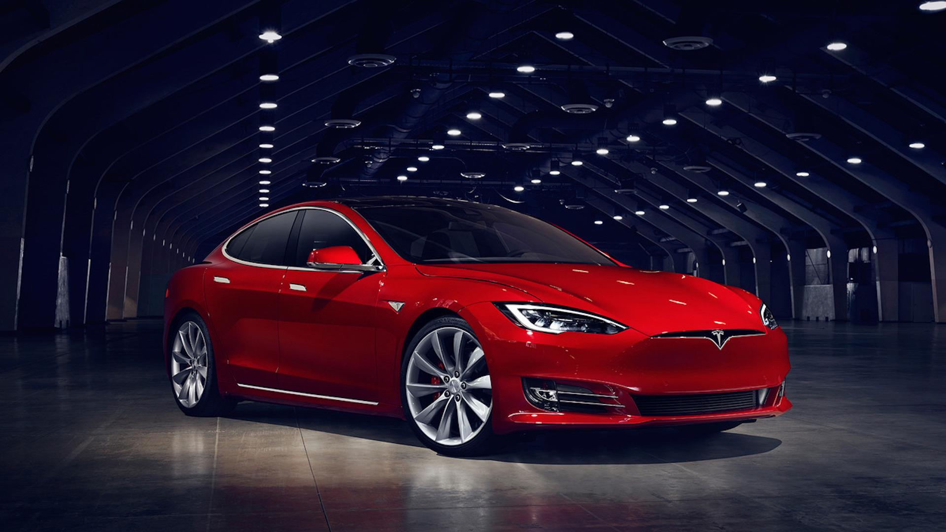 Педаль газа Tesla Model S защелкивается после того, как водитель пробовал показывать режим запуска