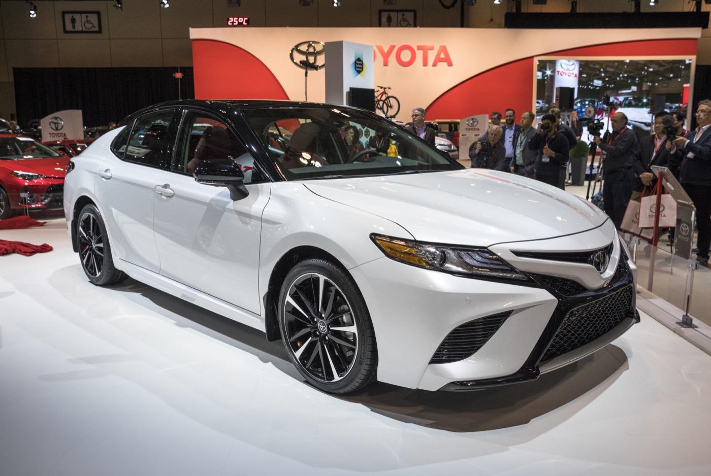 Toyota Camry 2018 года имеет самую стандартную лошадиную силу в сегменте седанов среднего размера в Америке — на данный момент