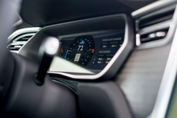 Автоответчик Tesla предупредил водителя о том, чтобы вернуть колесо семь раз до смертельной аварии