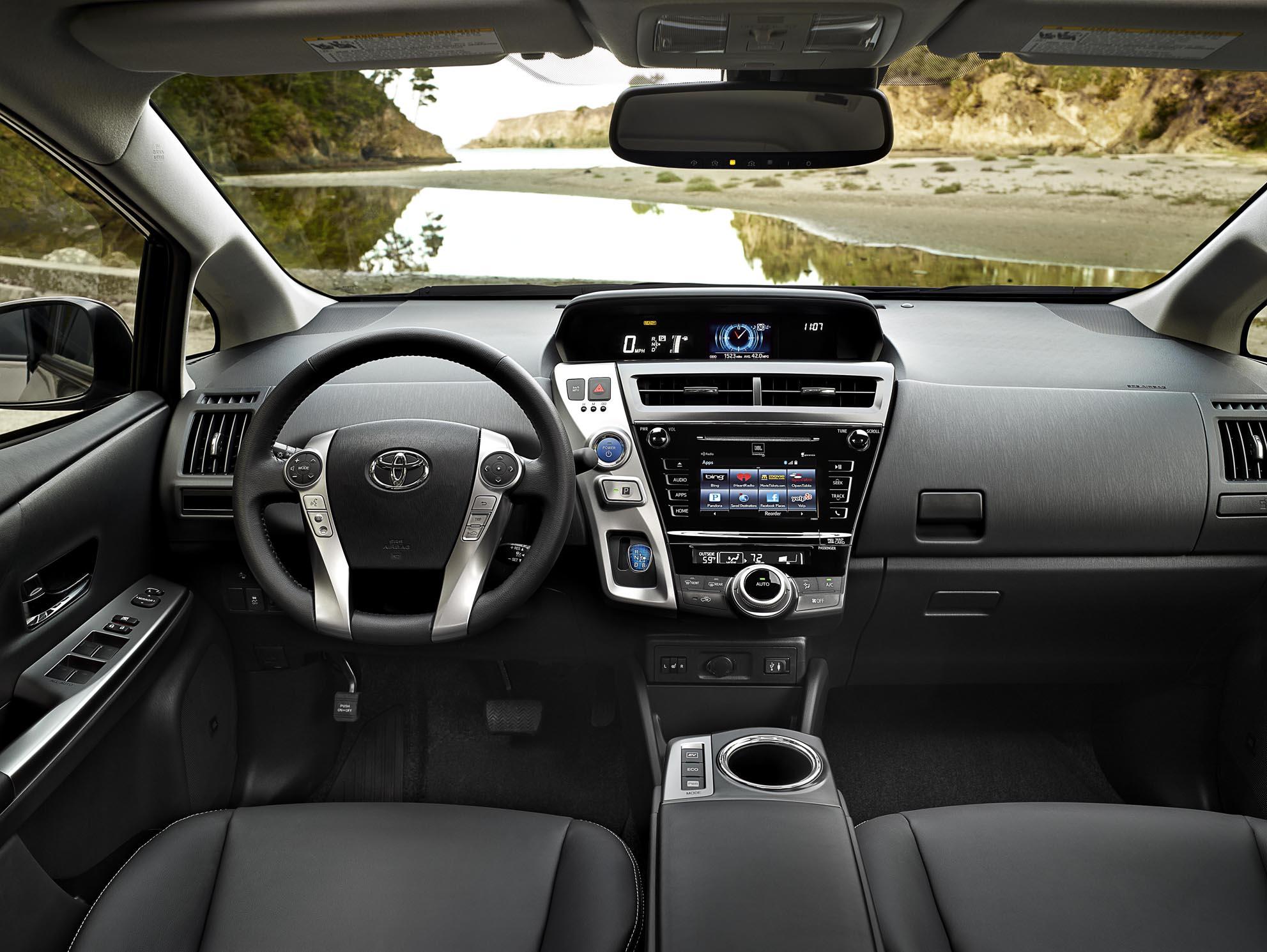 Toyota Prius v 2017 – большой семьи